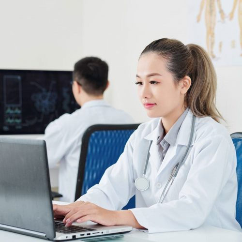 female-doctor-working-on-laptop-M3XNKH6